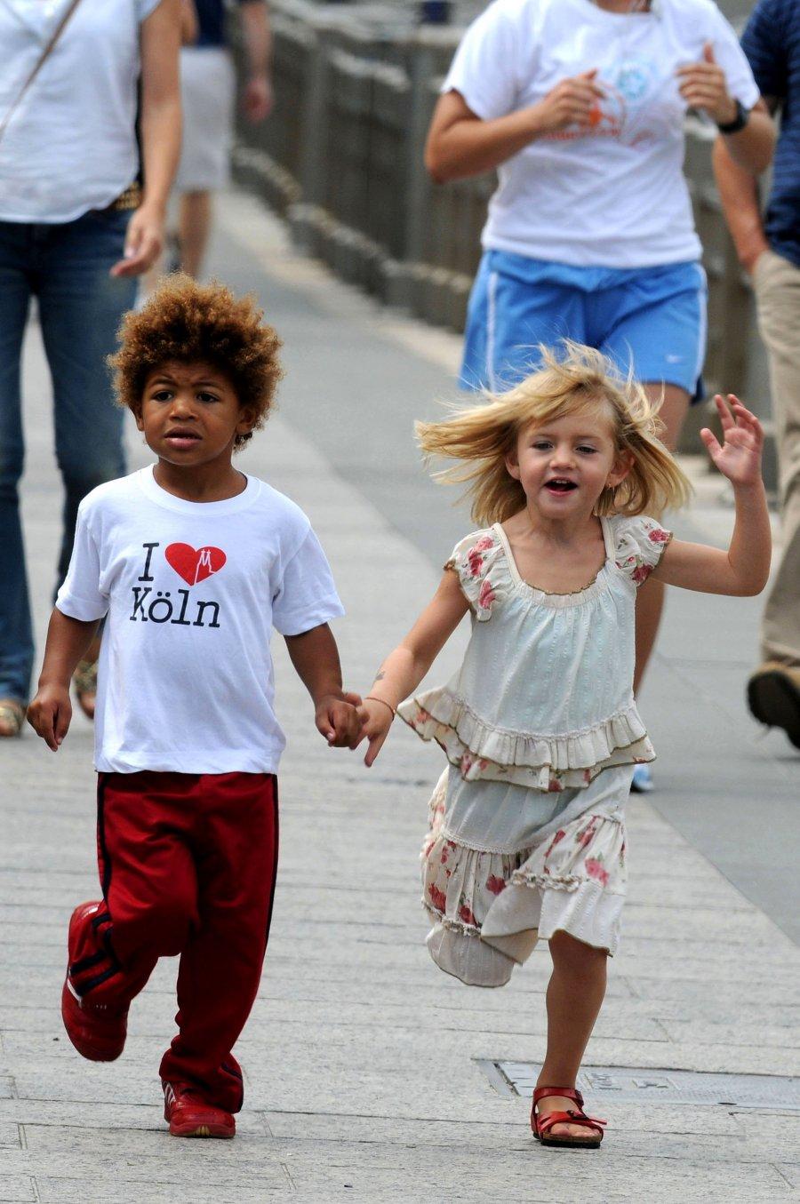 HEIDI KLUM AND KIDS:FUN IN A PARK