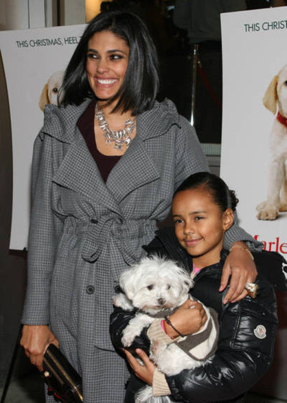 RACHEL ROY, DAUGHTER, AND DOG AT MARLEY AND ME PREMIERE